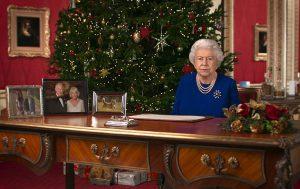 მაგიდაზე მოცეკვავე დედოფალი ჯერ არავის უნახავს -  საშობაო მილოცვა ინტერნეტს იპყრობს